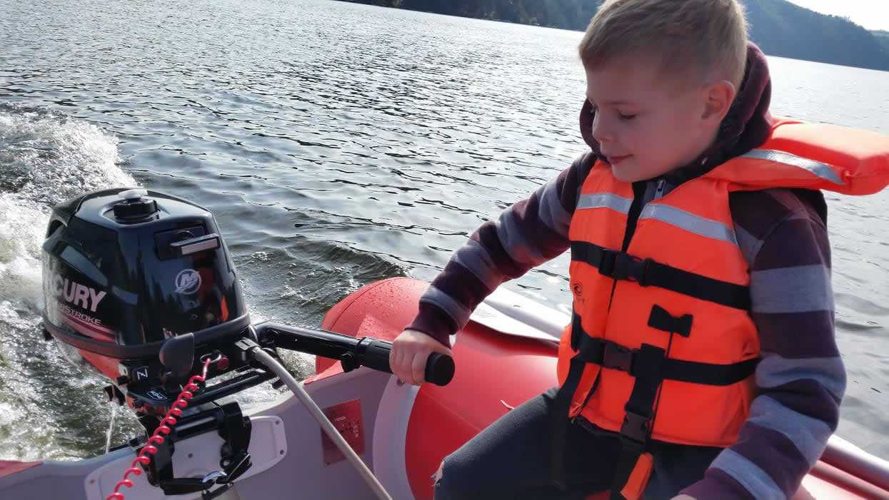 Snadné ovládání motorového člunu Slapy Marine