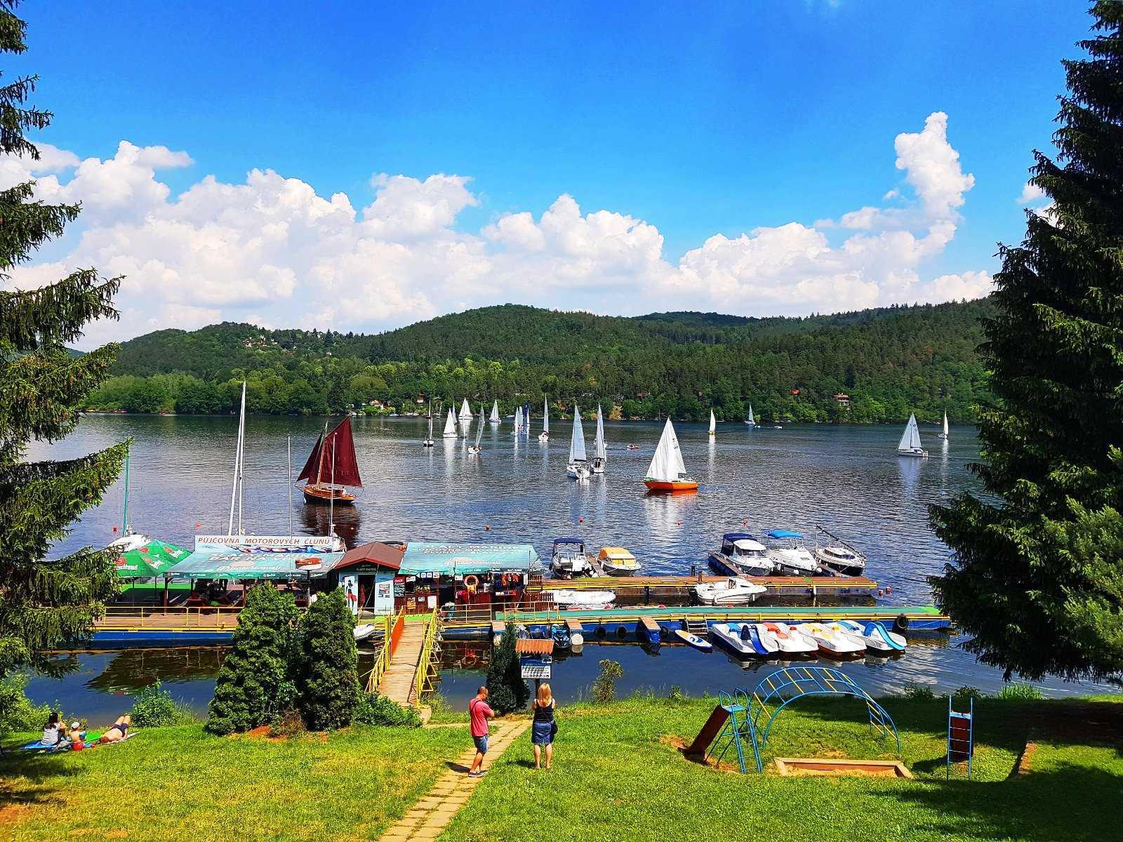 Sezóní kotvení lodí, bar na vodě a půčovna lodí na Slapech